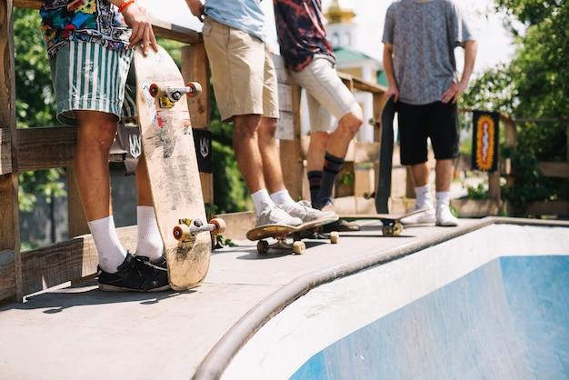 Vrienden die zich met skateboards bevinden