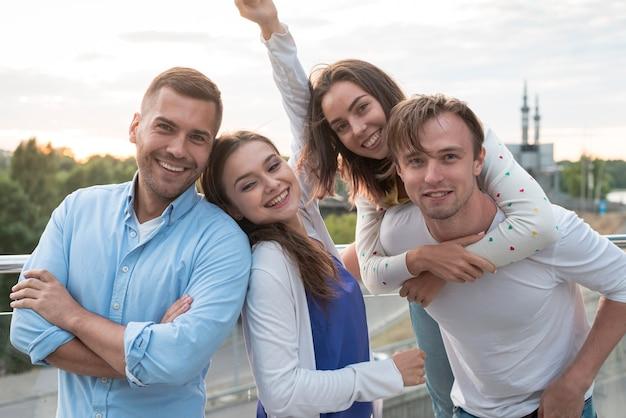 Vrienden die zich op een terras stellen