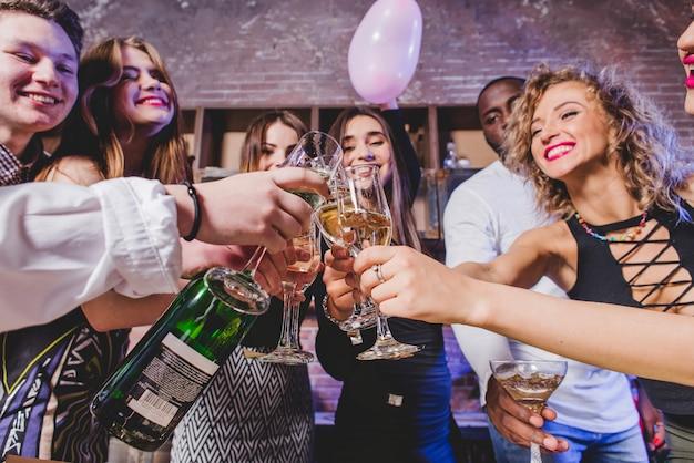 Vrienden drinken champagne op feest