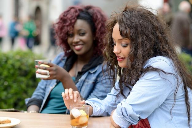 Vrienden drinken ijsthee en lachen