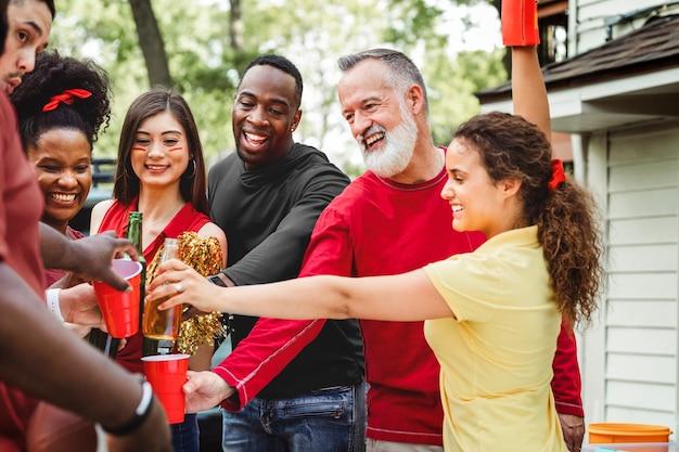 Vrienden drinken op een achterklepfeestje