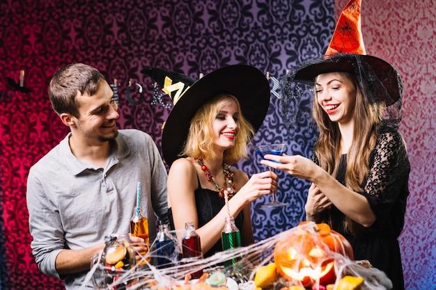 Vrienden drinken op halloween feest