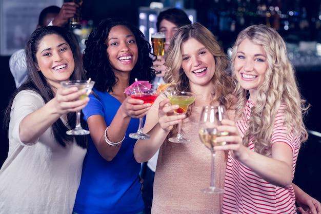 Vrienden drinken samen cocktails