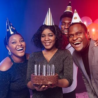 Vrienden en gelukkige verjaardagstaart