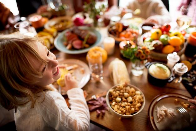 Vrienden en gezinnen verzamelen zich samen op thanksgiving dag