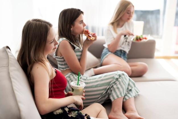 Vrienden eten en kijken naar een film