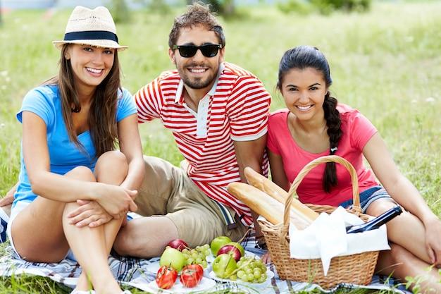 Vrienden eten van gezonde voeding