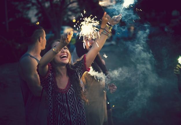 Vrienden feesten op een muziekfestival