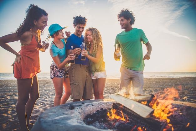 Vrienden feesten op het strand
