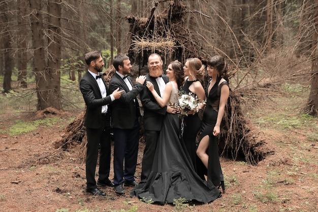 Vrienden feliciteren de bruid en bruidegom met de bruiloft