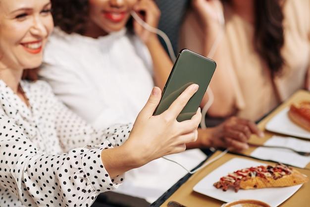 Vrienden fotograferen op smartphone