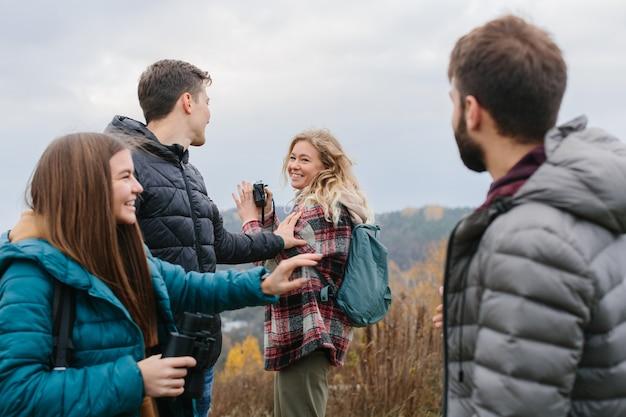 Vrienden genieten van bewolkt herfstweer tijdens het wandelen in de bergen