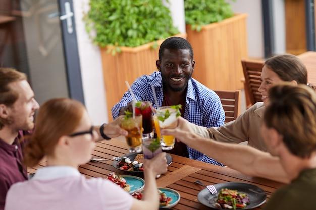Vrienden genieten van cocktails in cafe
