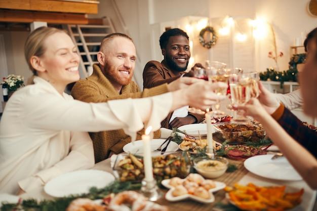 Vrienden genieten van dinner party met kerstmis