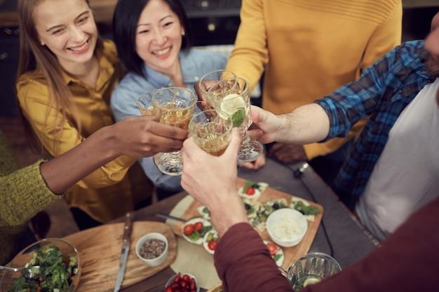 Vrienden genieten van drankjes op feestje