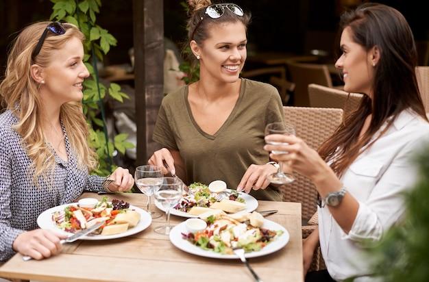Vrienden genieten van een lunch in een restaurant
