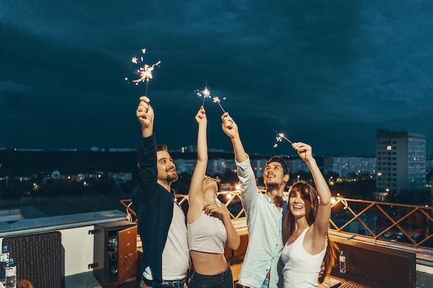 Vrienden genieten van een rooftop party