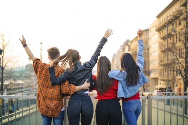 Vrienden genieten van een vakantie in een grote stad