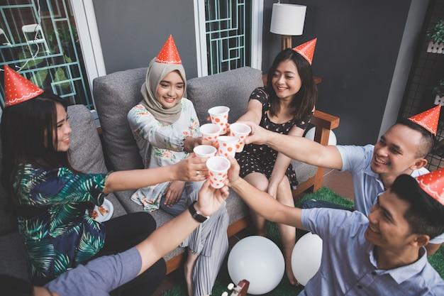 Vrienden genieten van feest en gejuich