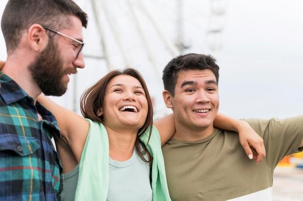 Vrienden genieten van hun tijd samen buitenshuis