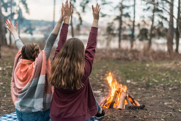 Vrienden genieten van tijd bij vreugdevuur