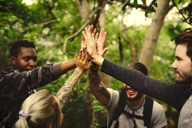 Vrienden geven een high five