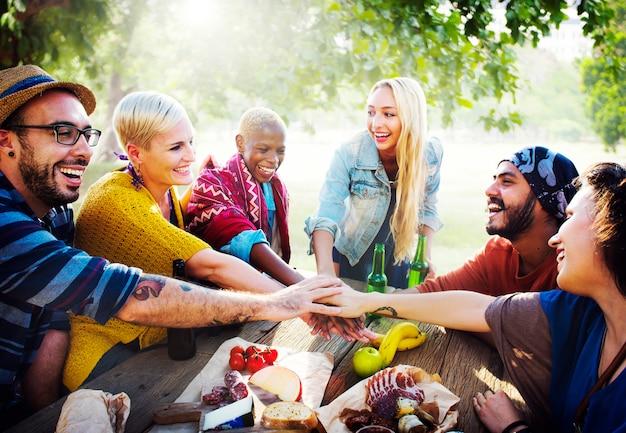 Vrienden hebben een feest in het park