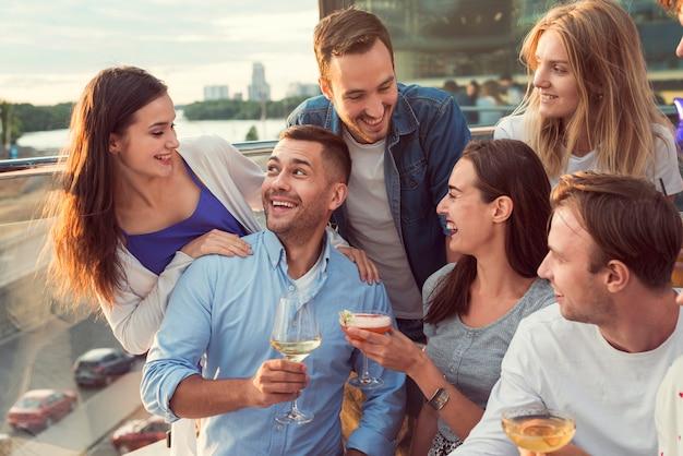 Vrienden hebben een geweldige tijd op een feestje