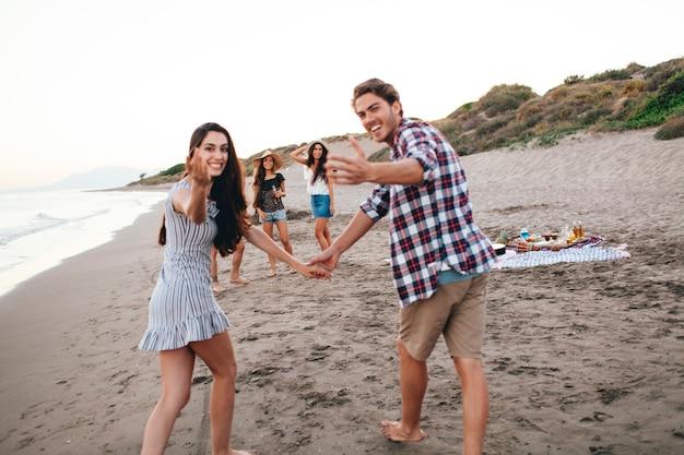 Vrienden hebben een goede tijd op het strand