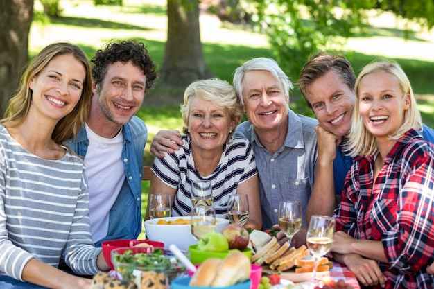 Vrienden hebben een picknick