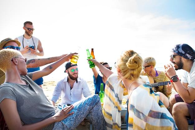 Vrienden hebben een strandfeest