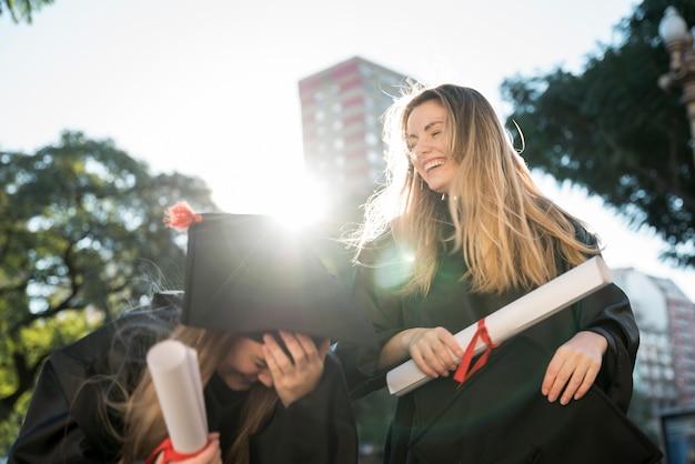 Vrienden hebben plezier bij hun afstuderen