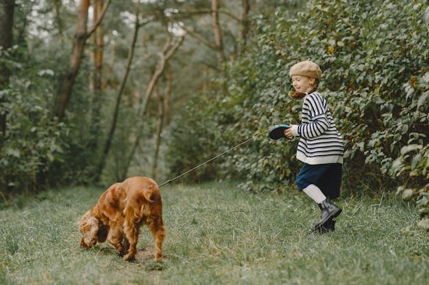 Vrienden hebben plezier in de frisse lucht. kind in een blauwe jurk.