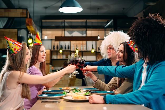 Vrienden hebben plezier in een restaurant