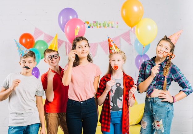 Vrienden hebben plezier met ballonnen en rekwisieten