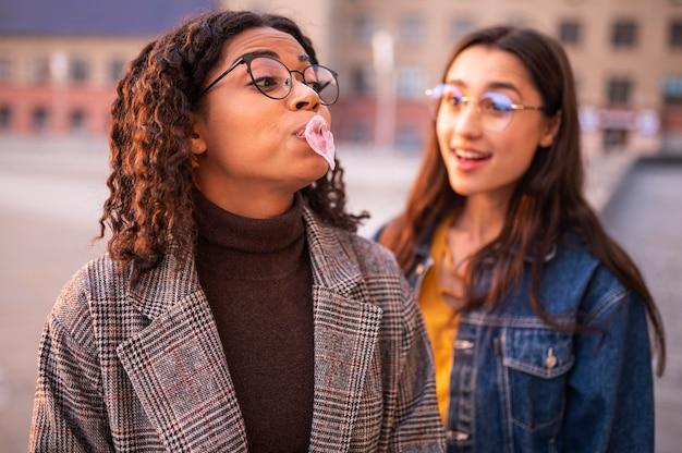 Vrienden hebben plezier met bubbels buitenshuis