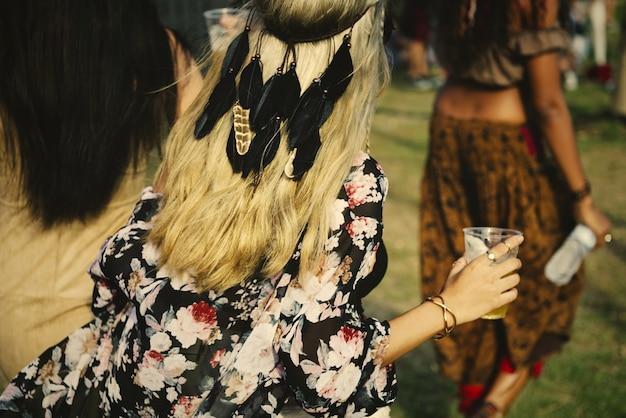Vrienden hebben plezier op een muziekfestival