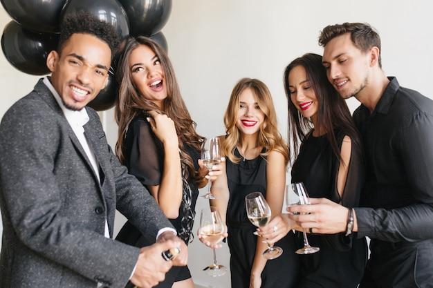 Vrienden hebben plezier op het feest