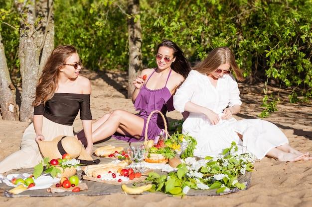 Vrienden hebben plezier op het strand op zonnige dag feest zomervakantie vakantie gelukkige mensen concept th...