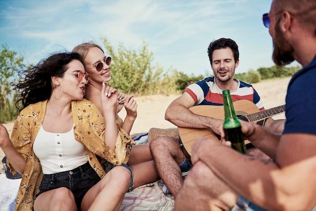 Vrienden hebben veel plezier op het strand
