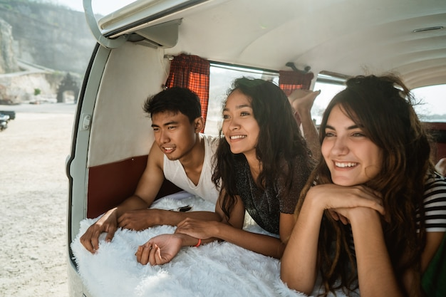 Vrienden hipster genieten van de dag in retro busje