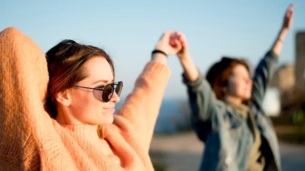 Vrienden houden hun handen in de lucht