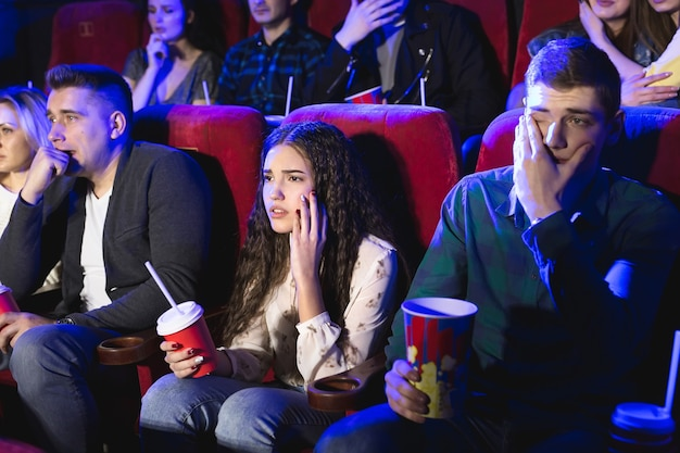 Vrienden huilen kijken naar trieste film in de bioscoop