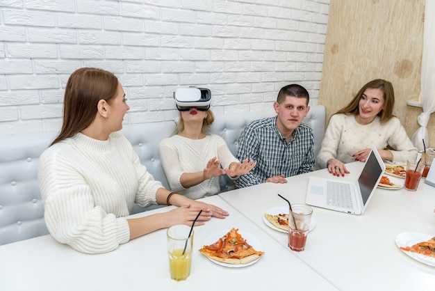 Vrienden in café maken plezier met virtuele bril