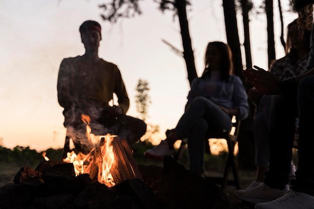 Vrienden in de schemering verzamelen zich rond een vuur
