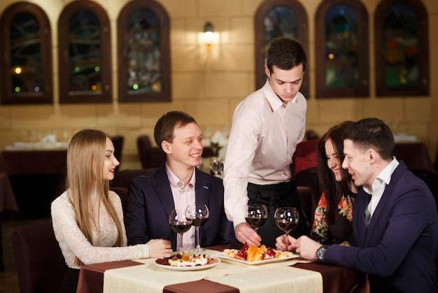 Vrienden in een restaurant dat wijn drinkt.