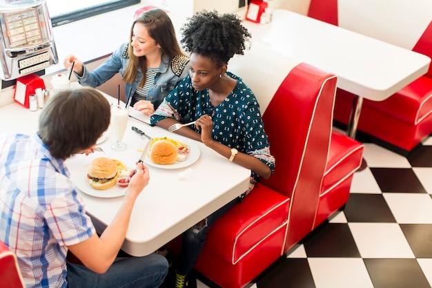 Vrienden in het restaurant