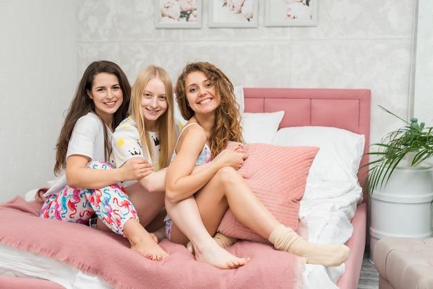 Vrienden in pijama partij poseren voor een foto