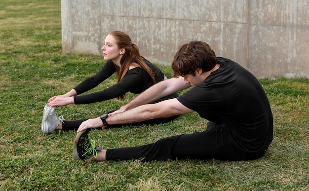Vrienden in sportkleding buiten oefenen