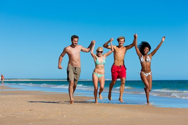 Vrienden in vakantie op het strand